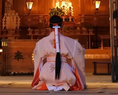 巫女の髪飾り、和紙を巻いたようなデザイン