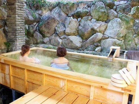 誠(まさ)の桧湯オープン、有吉弘行らが手掛けたヒノキの露天風呂がついに