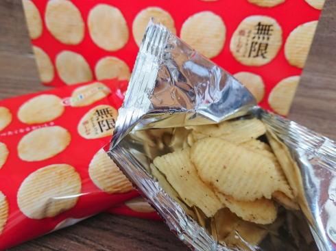 カルビープラス限定「無限ポテトチップス 鶏しお味」写真