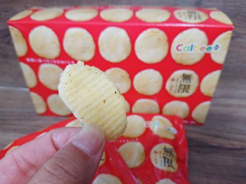 カルビープラス限定「無限ポテトチップス 鶏しお味」写真2