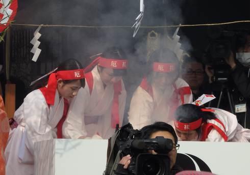 イワシの頭を焼く巫女たち、住吉神社の節分祭「焼嗅がし神事」