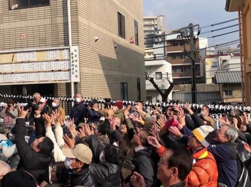 広島・住吉神社の節分祭「豆まき」に興奮する大人たち