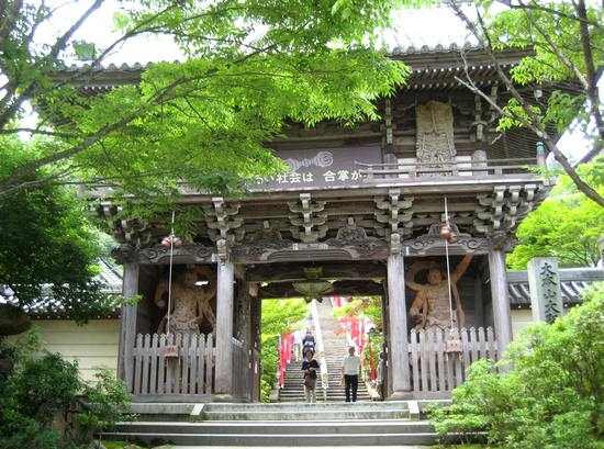 大聖院の入口に建つ仁王門