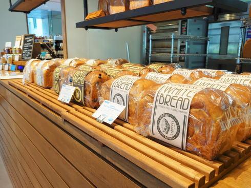 レブレッソ広島袋町店 カウンターにパン