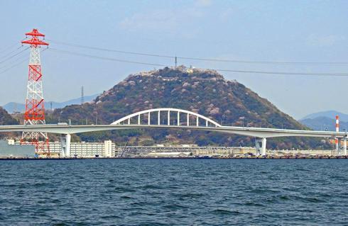 海から見た黄金山(桜シーズン)