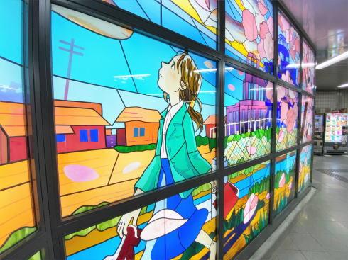 アストラムライン本通駅に大型ステンドグラス 画像2