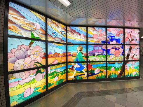 アストラムライン本通駅に大型ステンドグラス 画像4