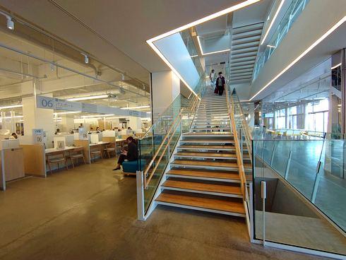 開放的で明るい尾道市役所・新庁舎の階段