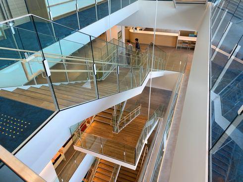尾道市役所・新庁舎スケルトンな階段