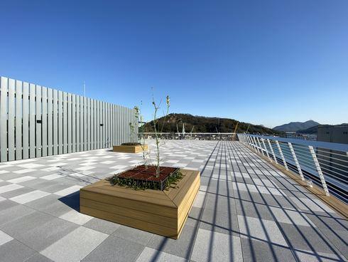尾道市役所 5階の展望デッキと発電機
