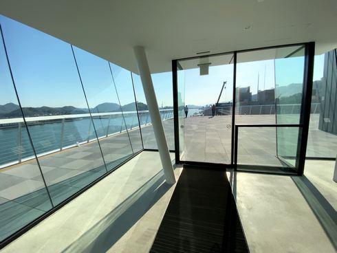 5階に上がってくると、ガラス張りの扉の先に展望デッキ!