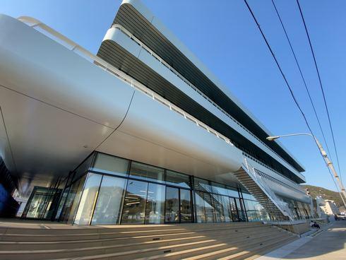尾道市役所新庁舎の外観は客船イメージ