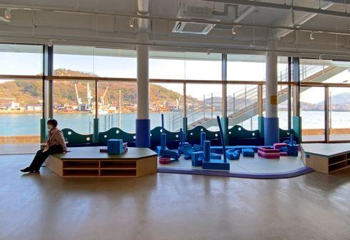 開放的で明るい尾道市役所・新庁舎に子供スペースも