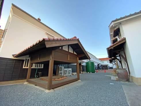 歴史広場 奥に賀茂鶴
