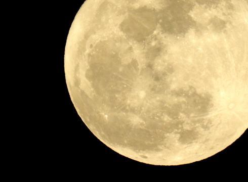 今夜はスーパームーン!2020年最大の満月を、おうちから見上げよう