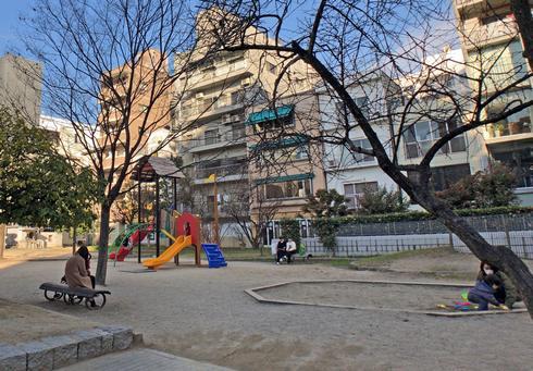 袋町公園には砂場や遊具もあり