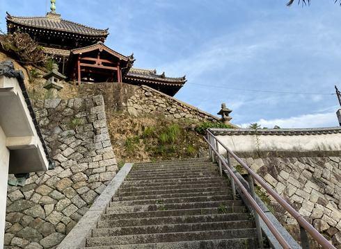 西方寺・普明閣の城郭を思わせる石垣