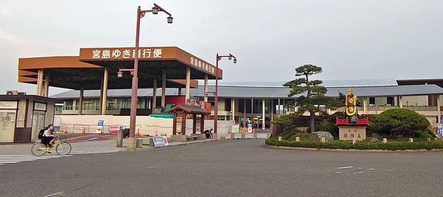 宮島松大汽船の旧切符売場の屋根が残っている