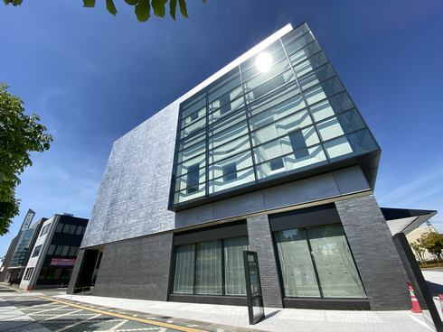東広島市立美術館、西条駅そばに完成!11月オープンへ