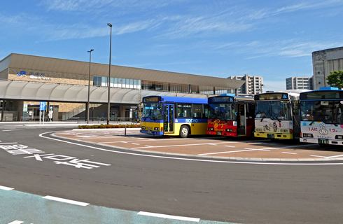 岩国駅西口のロータリー中央は、バスやタクシーの待機スペース