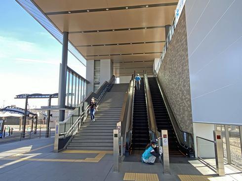 岩国駅 東口の階段とエスカレーター