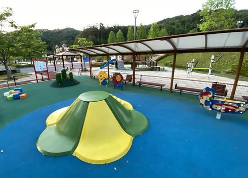 佐伯総合スポーツ公園、幼児の広場 ゴム床で安心
