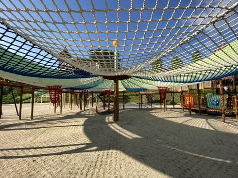 佐伯総合スポーツ公園のネット遊具、下から見た様子