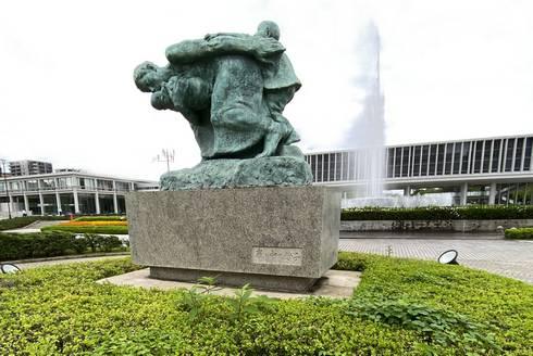 広島平和記念公園 嵐の中の母子像