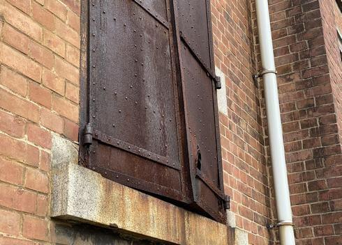 旧広島陸軍被服支廠(出汐倉庫)熱で曲がった鉄の扉