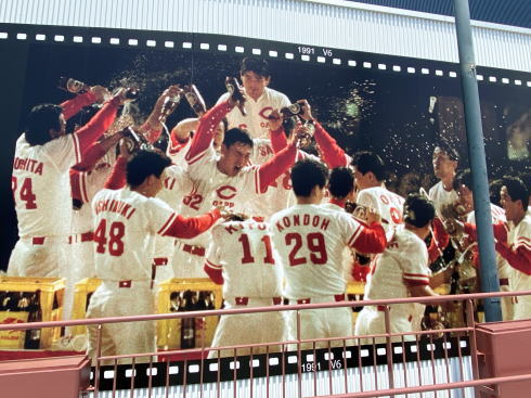 カープ屋内練習場壁面に 歴代優勝シーン 現地の様子4