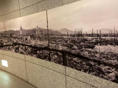 国立広島原爆死没者追悼平和記念館 通路の壁02