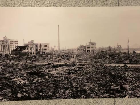 国立広島原爆死没者追悼平和記念館 通路の壁03