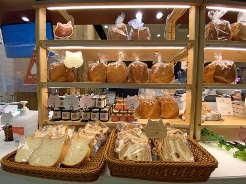ハートアンドブレッド アンティーク  の隣にねこねこ食パン