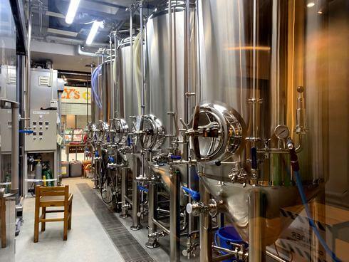 広島の醸造所 ヒロシマネイバリーブリューイング、1Fビールタンク