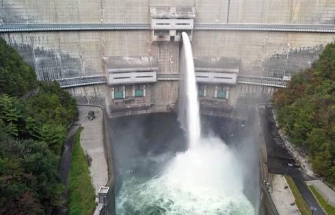 温井ダムの放水は「洪水期」や「龍姫湖まつり」などで