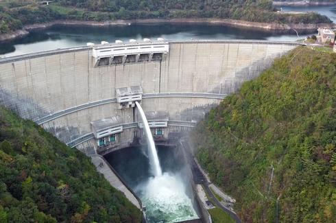 温井ダムの放水を見学
