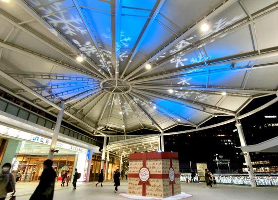 広島駅北のクリスマス装飾、2020年はプレゼントボックスからの投影