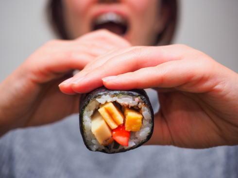 恵方巻 始まりは広島だった 恵方巻食べるイメージ