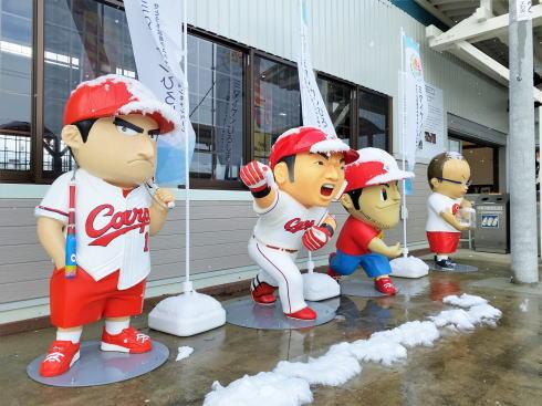 カープ 人形が備後庄原駅に設置