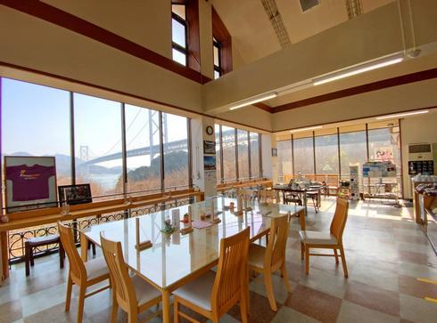 因島 はっさく屋、窓から因島大橋が見える