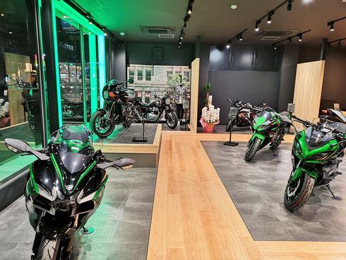 カワサキプラザ広島、バイクやアパレルのショールームが広島・観音新町にオープン