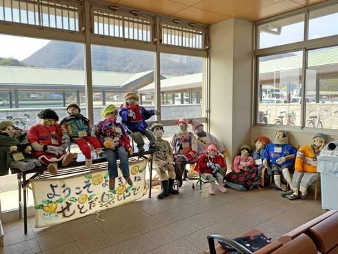 瀬戸田港 待合室内の人形達