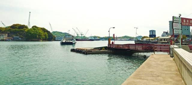 福本渡船フェリー乗り場と対岸の向島
