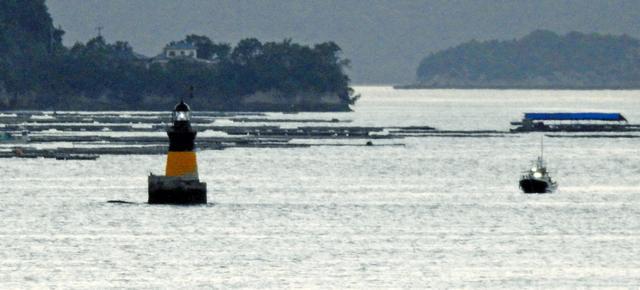 瀬戸内海に立つ、屋形石灯標(広島県・江田島)