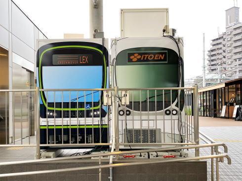 ひろでんラッピングの自販機、西広島電停でドリンクとグッズも販売