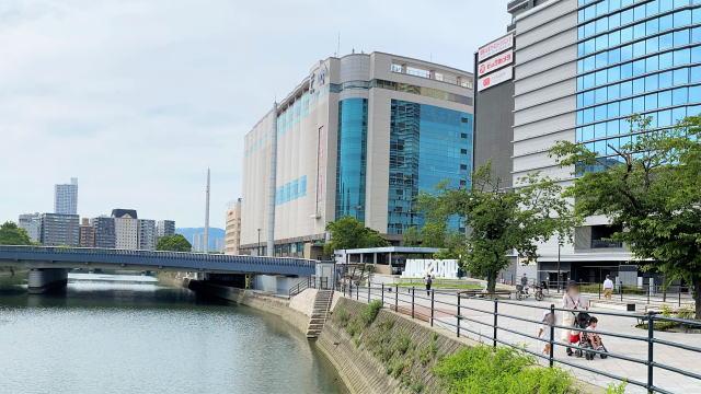 広島駅前 川の駅にHIROSHIMAロゴオブジェ 写真5