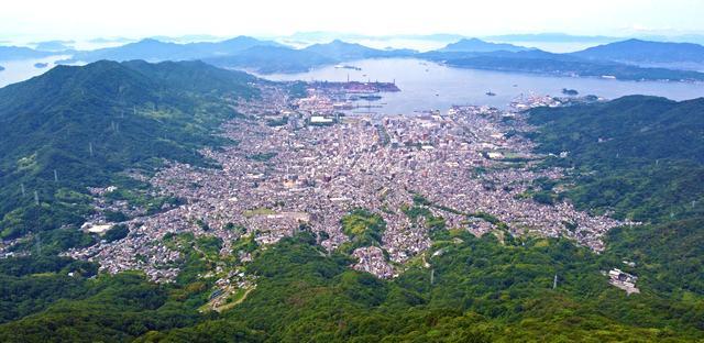 灰ヶ峰展望台は呉湾と街・島々を見渡せるビュースポット