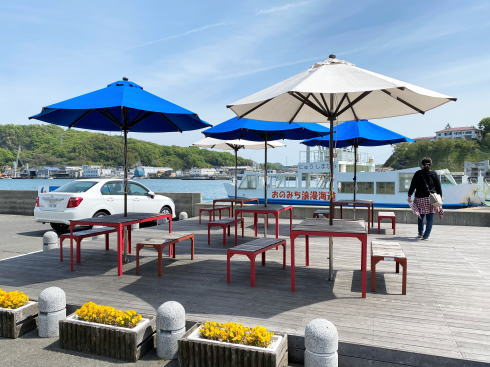 尾道水道沿いウッドデッキにパラソル付きテーブル、テイクアウトに便利