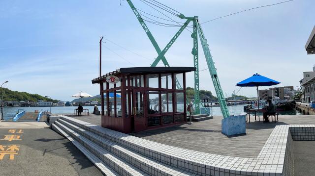 尾道市 ウッドデッキにパラソル付きテーブル 画像4