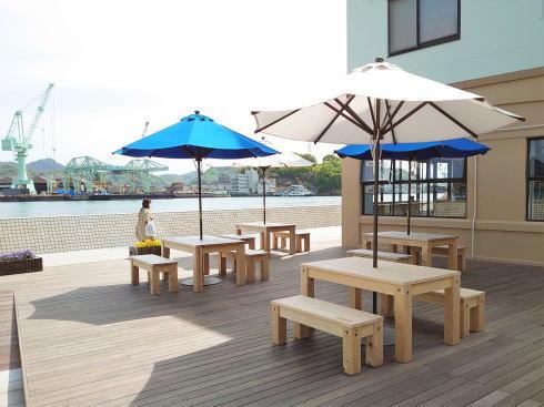 尾道市 ウッドデッキにパラソル付きテーブル 画像2